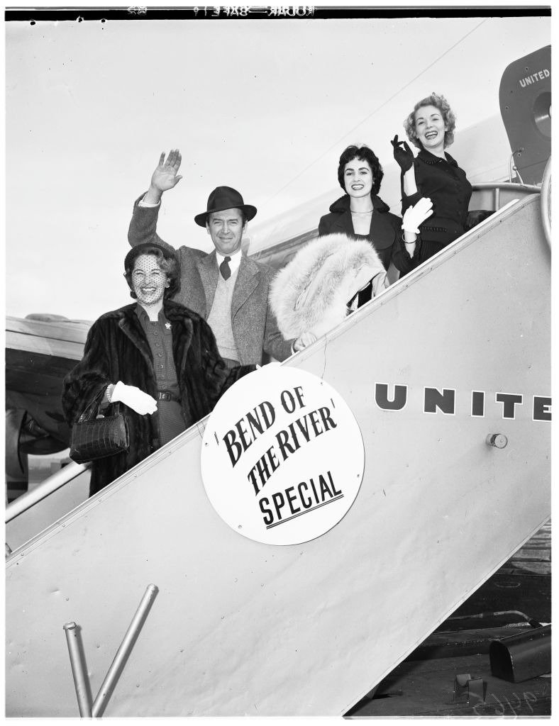 Mrs James Stewart, James Stewart, Susan Cabot, Cindy Garner as they set for departures for the premiere of 'Bend of the River' in Portland, 21 January 1952. | Photo: Getty Images