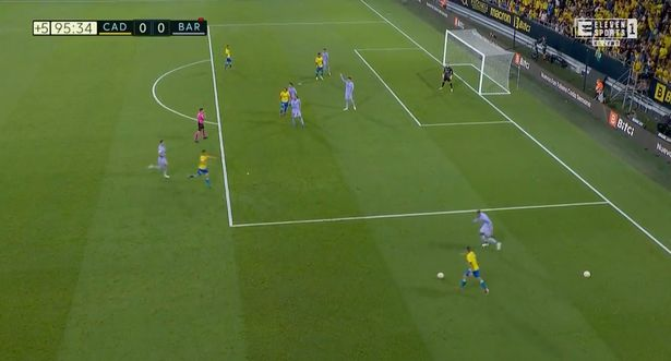 Sergio Busquets kicking a spare ball at an attacker to stop playing during Cadiz vs Barcelona