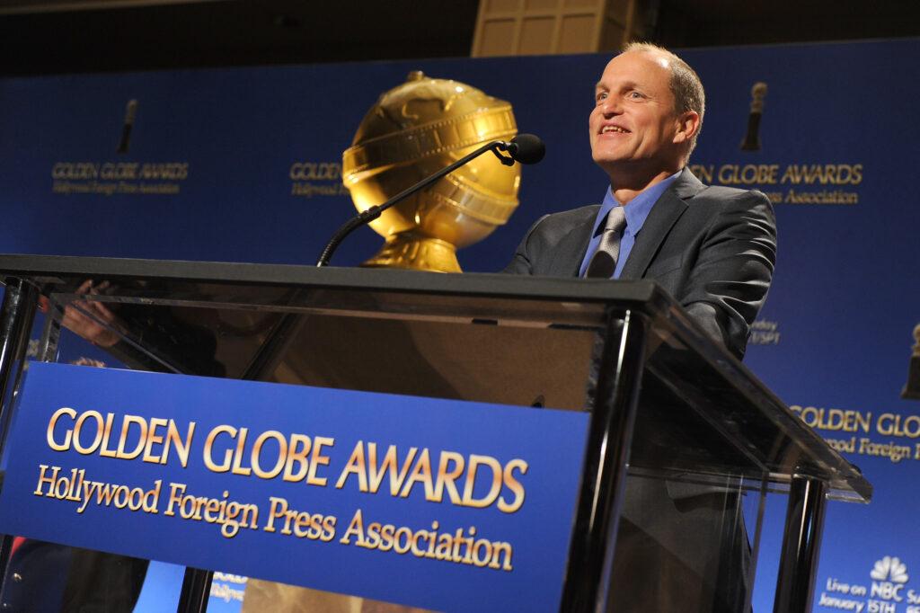 El actor Woody Harrelson habla en el escenario durante la 69a ceremonia anual de nominación a los Golden Globe Awards en el Beverly Hilton Hotel el 15 de diciembre de 2011 en Beverly Hills, California.