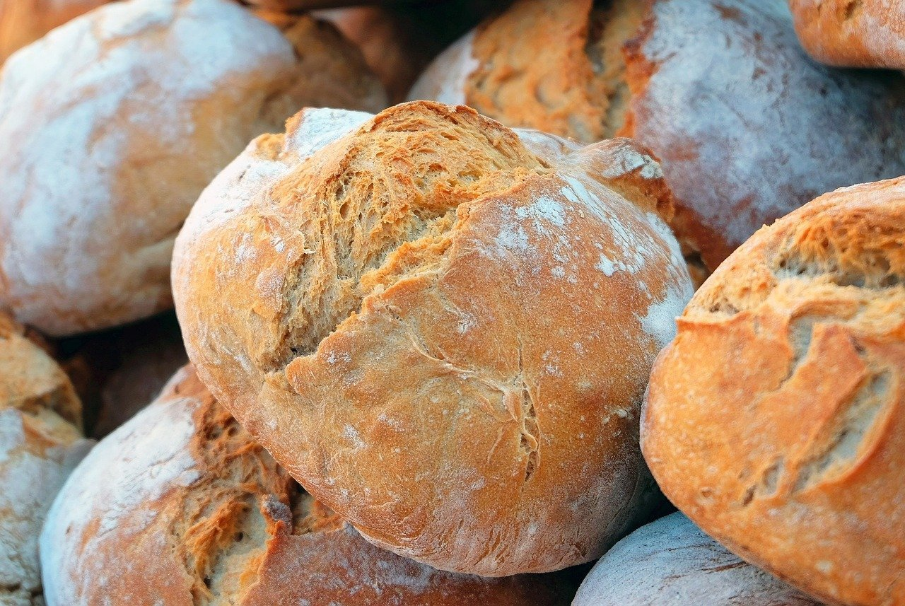 A batch of freshly baked bread.   Source: Pixabay