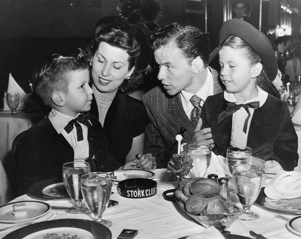 Frank Sinatra, his wife and children, Nancy and Frankie, Jr, having dinner in the Cub room at Sherman Billingsley's Stork Club, dispelling any rumors of a breakup with his wife on October 17, 1947 | Photo: Getty Images