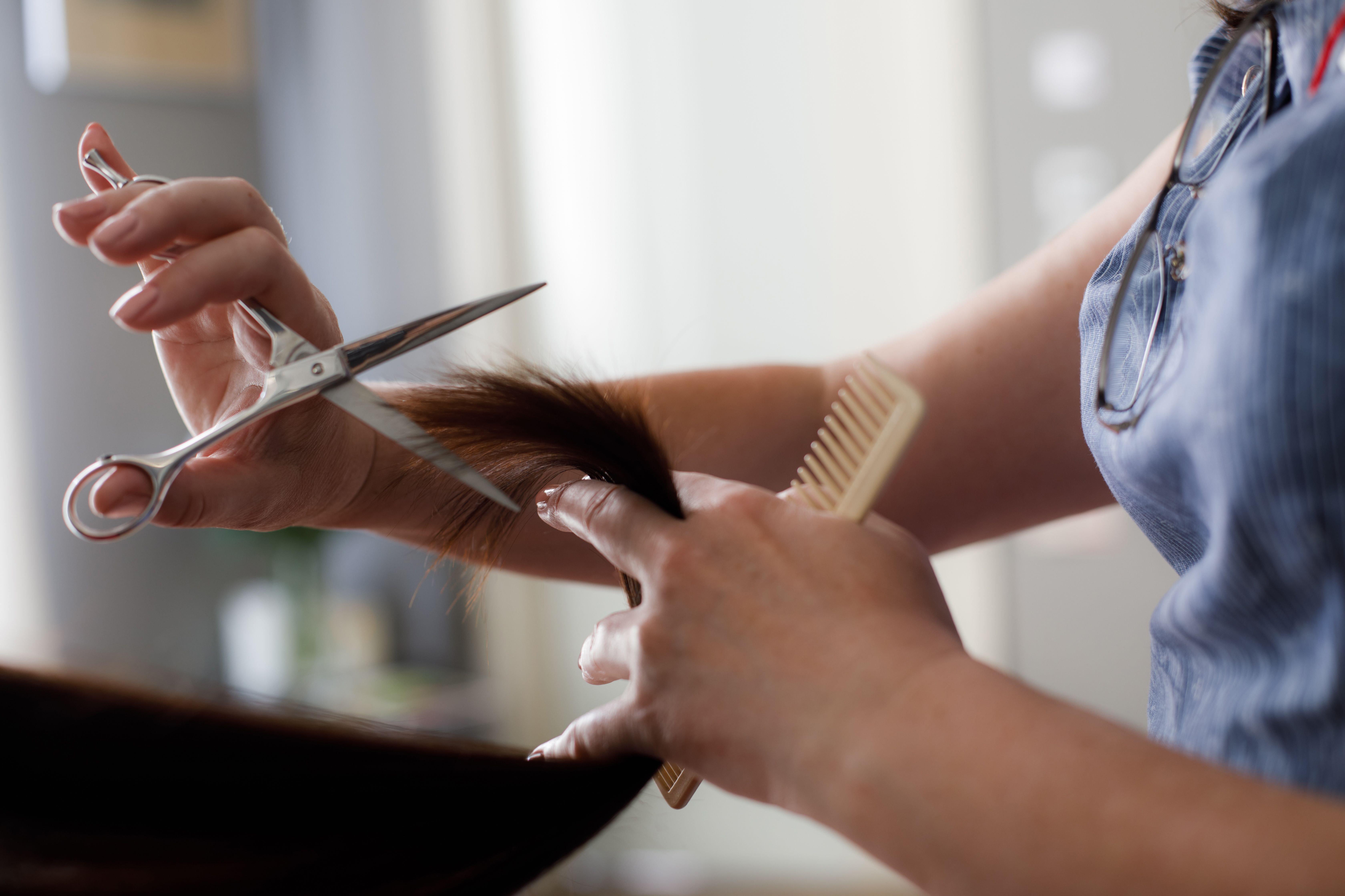 A hairdresser cutting someone's hair. | Source: Shutterstock