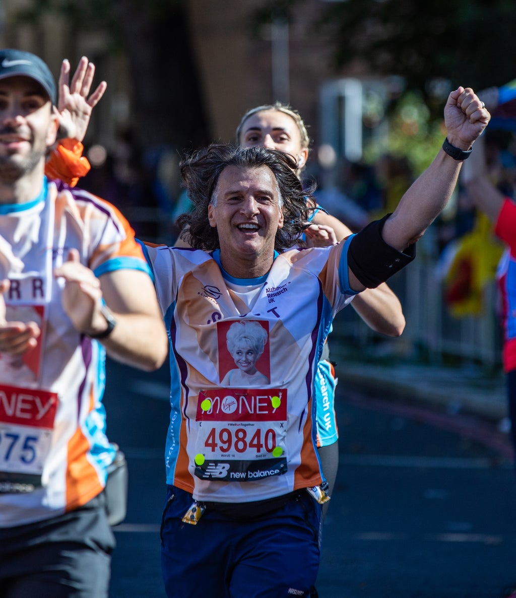 Scott Mitchell runs London Marathon wearing tribute to late wife Barbara Windsor